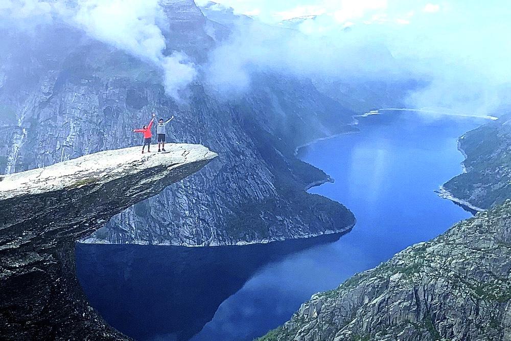 ノルウェー・トロルの舌でポーズを決める男女